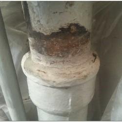 Зачеканенный и окрашенный стык раструба чугунного стояка 110 мм