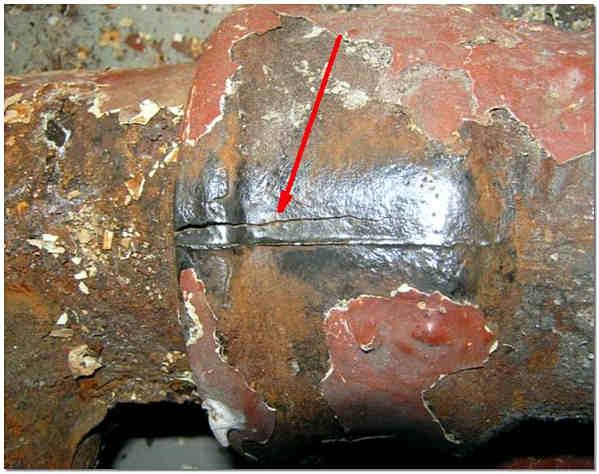 Микротрещина в чугунной канализационной трубе
