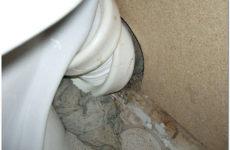 Почему пахнет канализацией из унитаза: вероятные причины и способы устранения зловония