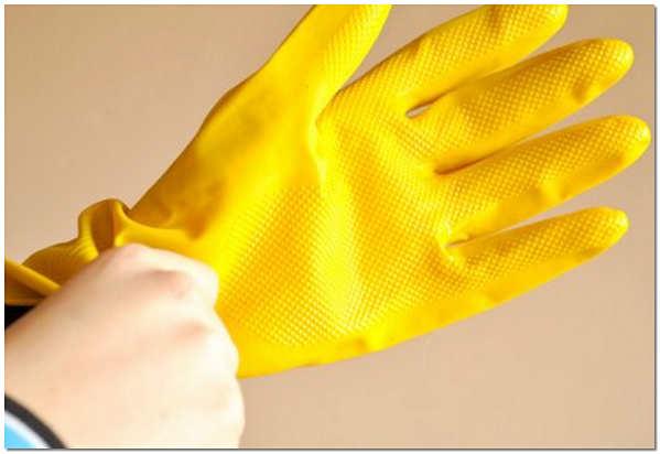 Для защиты кожи при работе с каустической содой необходимы перчатки
